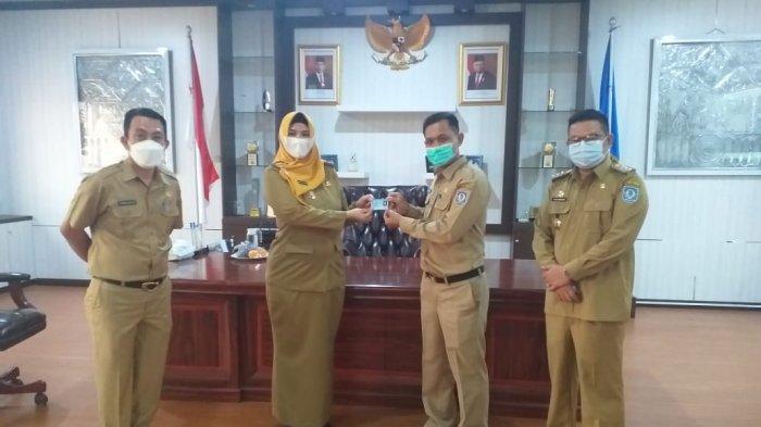 Riza Herdavid dan Debby Vita Dewi Dapat e-KTP Baru dari Dindukcapil Bangka Selatan