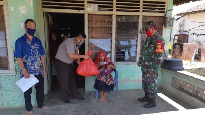 Bhabinkamtibmas dan Babinsa di Kabupaten Bangka Bagikan 80 Paket Sembako Gratis