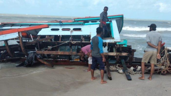 Terjebak di Mulut Muara Airkantung, Perahu Nelayan Bubu Pecah Dihantam Gelombang
