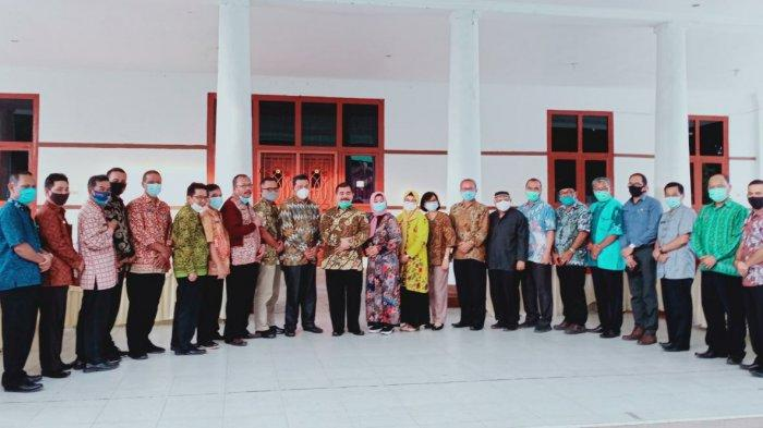 Pjs Bupati Sahirman Jumli berfoto bersama Pj Sekda, staf ahli bupati, Asisten Setda dan sejumlah kepala OPD.