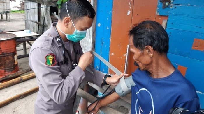 Warga Pulau Gusung dapat Bantuan Sembako dan Pemeriksaan Kesehatan dari Polda Bangka Belitung