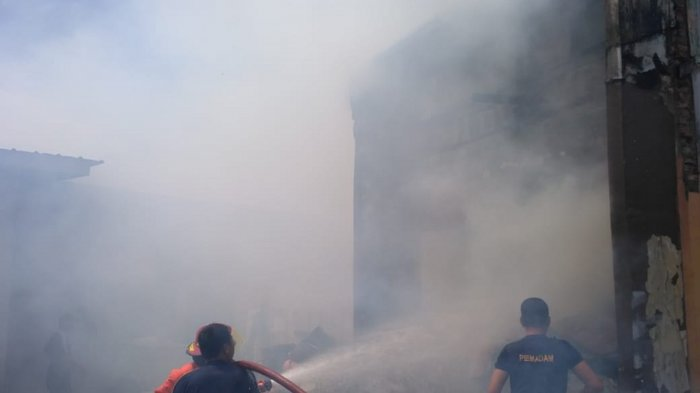 4 Armada Dikerahkan Padamkan Api di Gudang Toko Roti BB Bakery