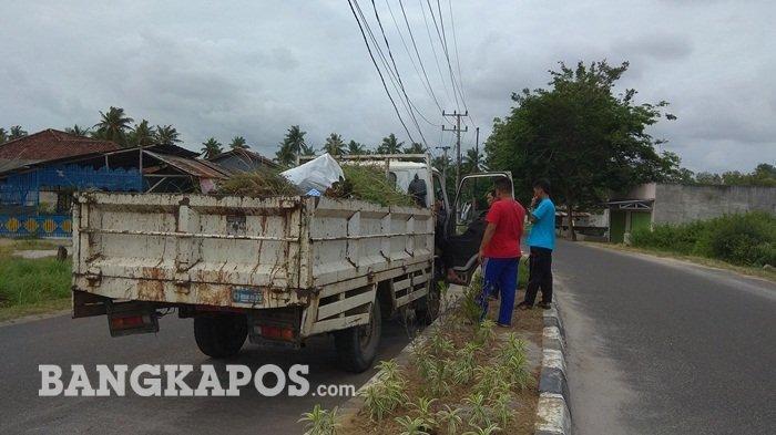 Pegawai OPD Pemkab Bangka Bersihkan Jalan Kawasan Industri Jelitik