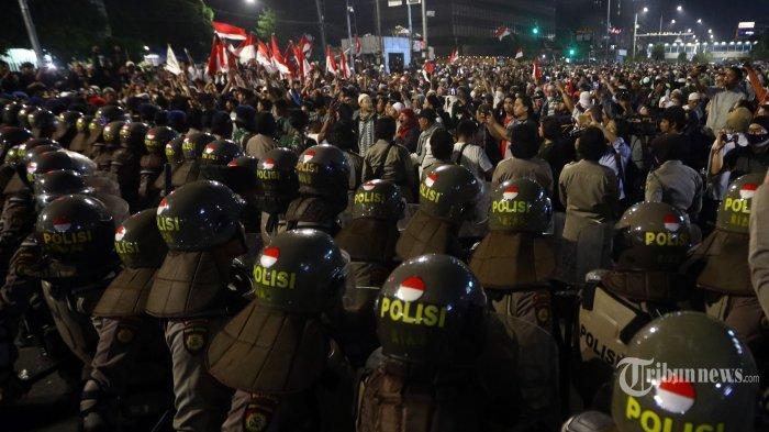 LIVE STREAMING Situasi Terkini Aksi Massa 22 Mei di Jakarta, Cerita Warga Mobil Dibakar, Ada Molotov