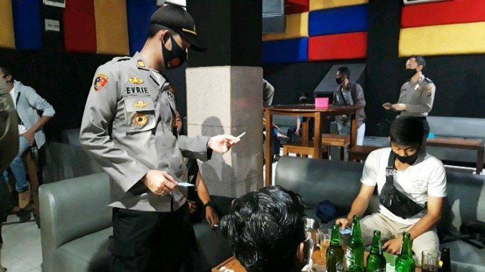 PETUGAS polisi sedang memeriksa identitas pengunjung di sejumlah tempat hiburan malam dalam operasi kegiatan rutin yang ditingkatakan (KRYD) Polres Pangkalpinang, Minggu (13/9/2020) dini hari.