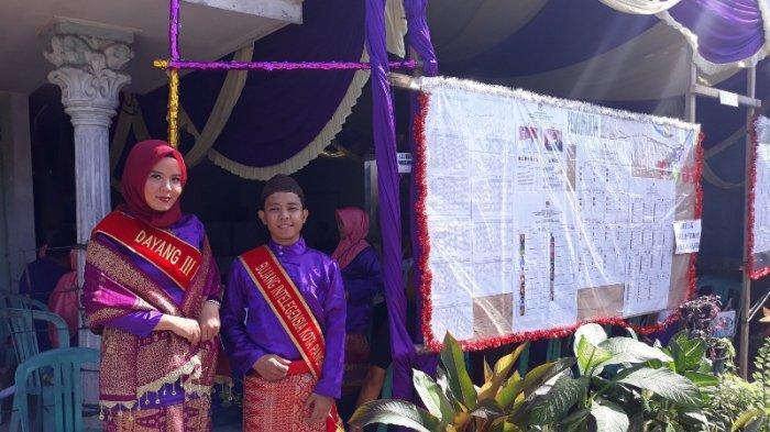 Petugas TPS 005 Pakai Baju Adat Daerah Bangka Belitung.