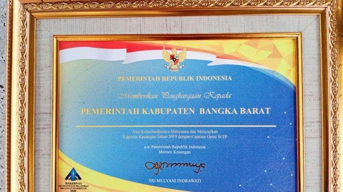 Piagam penghargaan atas raihan WTP dari Kementerian Keuangan RI kepada Pemkab Bangka Barat.