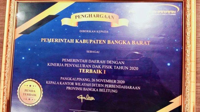 Piagam penghargaan kepada Kabupaten Bangka Barat sebagai Pemda berkinerja terbaik penyaluran DAK fisik.
