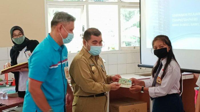 Ngajar Siswa SMP 1 Muntok, Pjs Bupati Babar Sahirman Beberkan 3 Tips Hidup Bahagia