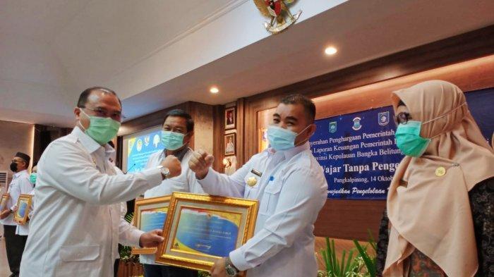 Raih Opini WTP LKPD 2019, Pemkab Bangka Barat Terima Penghargaan Kemenkeu RI - pjs-bupati-bangka-barat-sahirman-djumli-menerima-piagam.jpg