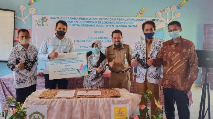 PT PLN (Persero) UIP Sumbagsel peduli dan memberikan bantuan TJSL (Tanggung Jawab Sosial dan Lingkungan) di SMKN 1 Kelapa Kabupaten Bangka Barat, Selasa (25/5).