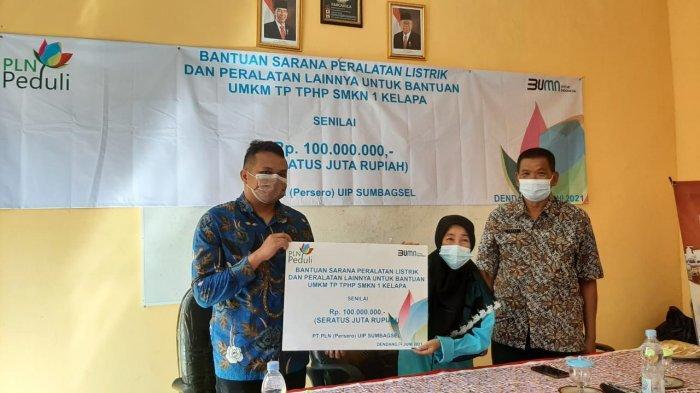 PT PLN UIP Sumbagsel salurkan Bantuan Peralatan Produksi Berbasis Listrik kepada UMKM SMKN 1 Kelapa