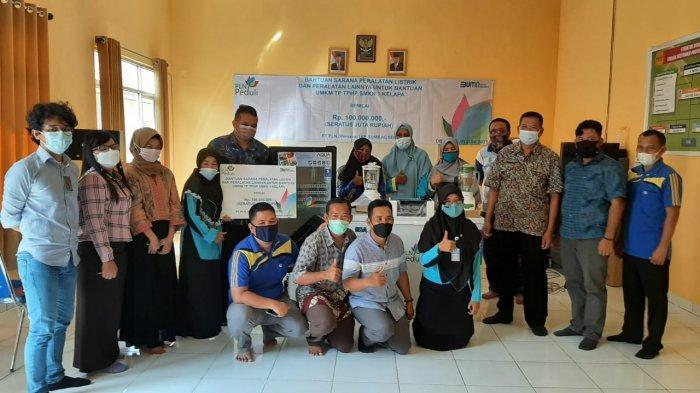 PT PLN UIP Sumbagsel Salurkan Bantuan Peralatan Produksi Berbasis Listrik ke SMKN 1 Kelapa