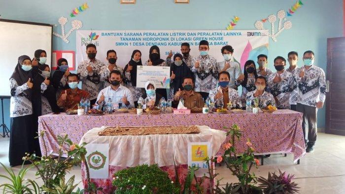 PT PLN UIP Sumbagsel Peduli Pendidikan Bantu Peralatan Listrik dan Hidroponik di SMKN 1 Kelapa