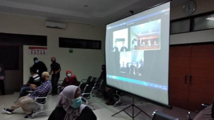 Pengadilan Negeri (PN) Sungailiat kembali menggelar sidang kedua terhadap 6 terdakwa warga Kelurahan Kenanga (mantan ketua RT) secara gabungan offline (reguler) dan online di ruang sidang PN Sungailiat, Kamis (10/12/2020)