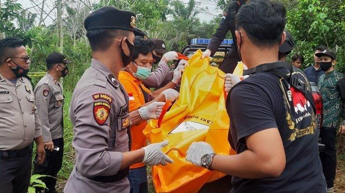 Tim Unit Inafis Sat Reskrim Polres Belitung bersama Polsek Badau dibantu Brimob mengevakuasi jenazah Aripin, Jumat (29/1/2021).