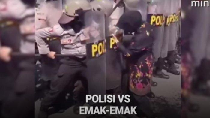 Viral Aksi Emak-Emak yang Bikin Ngakak Saat Demo Penolakan Omnibus Law,Nekat Terobos Barikade Polisi