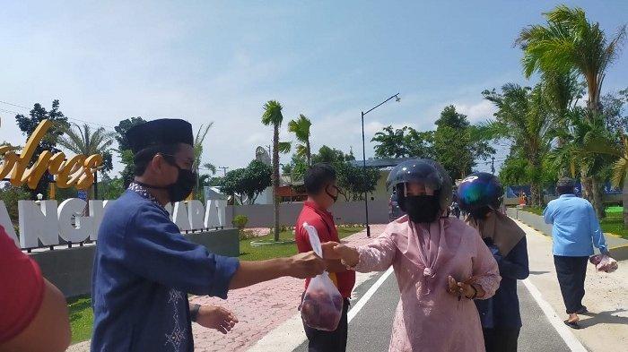 Polres Bangka Barat Bagikan 731 Kantong Daging Kurban untuk Masyarakat