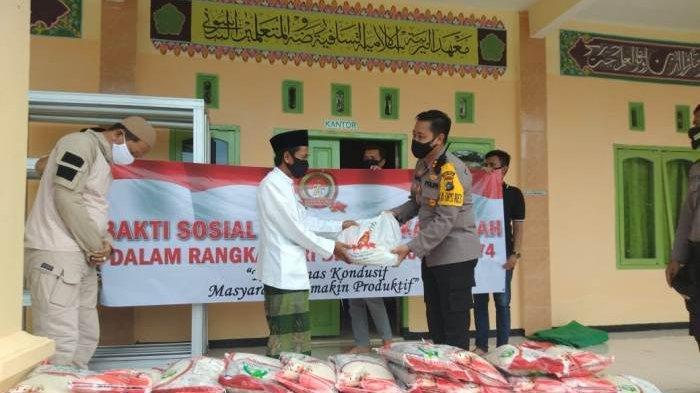Peringati HUT ke-74 Bhayangkara, Polres Bangka Tengah Berikan Bantuan Beras ke Pondok Pesantren