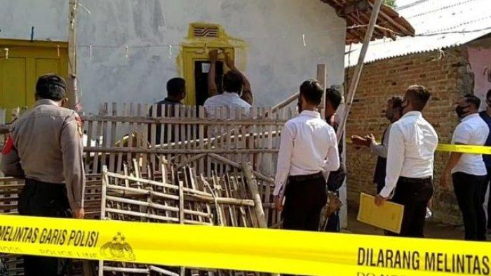 Polres Indramayu Jawa Barat, saat melakukan olah TKP kasus pembunuhan istri dan anak tiri.