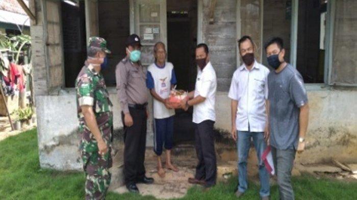 Polsek Merawang Bagikan Sembako Gratis di Desa Baturusa