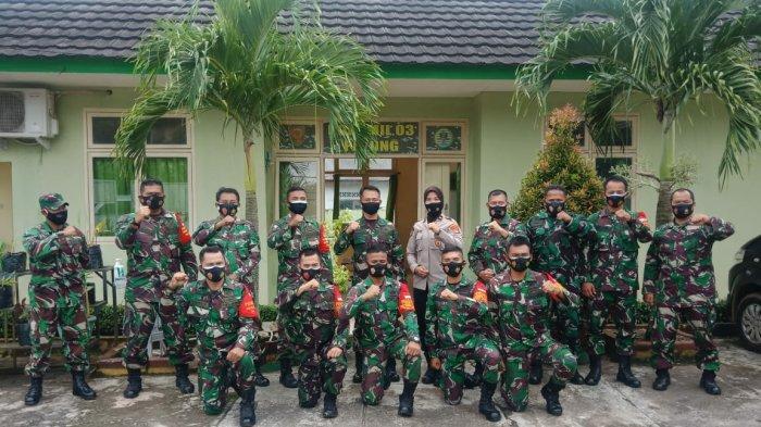 Kapolsek Sub Sektor Pulau Besar Polres Bangka Selatan, Ipda Lilis berfoto bersama Kapten Sudarmadi beserta pasukan Koramil 413/03 Payung
