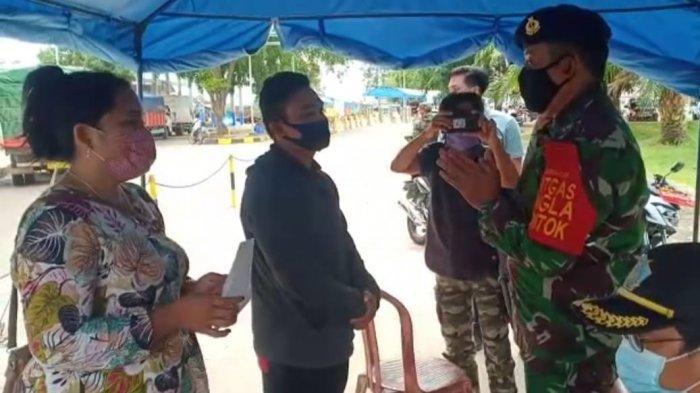 Danposal Muntok Kapten Laut (T) Y. Prabowo menjelaskanPosal Muntok sebagai koordinator tim verikasi Satgas Angkutan Laut Covid 19 mengawasi lalu lintas penumpang. Hasilnya tim menemukan dua orang penumpang yang berupaya mengelabui petugas Satgas Angla menggunakan rapid test antigen milik orang lain untuk bisa menyebrang ke Tanjung Api-api Sumsel dari Pelabuhan Tanjung Kalian Muntok, Bangka Barat, Rabu (3/2).
