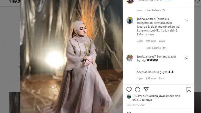 Postingan instagram Nathalie Holscher mengenakan gaun warna krim
