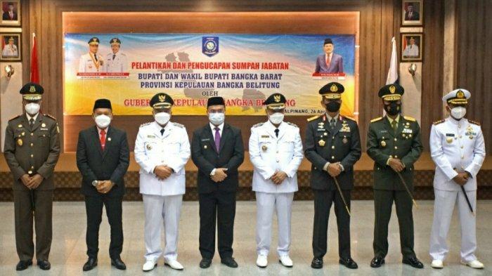 Bupati dan Wakil Bupati Bangka Barat terpilih berfoto bersama FORKOPIMDA Provinsi Bangka Belitung setelah momen pelantikan
