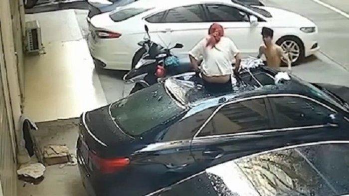 Pria Ini Terkejut, Ada Wanita Tak Bercelana Jatuh dan Menimpa Mobil, Rupanya Usai Bercinta di Balkon