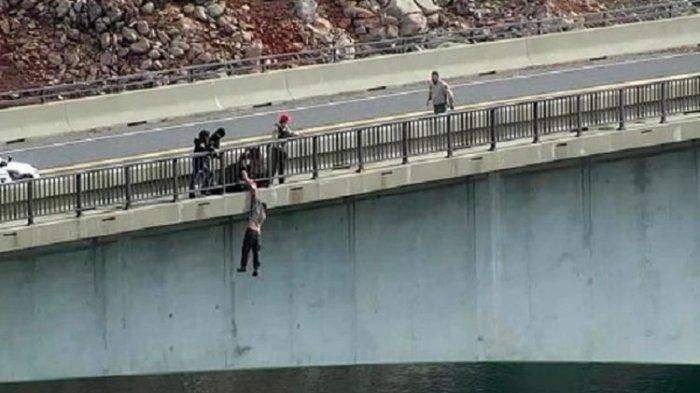 Detik-detik Menegangkan Polisi Tangkap Pria Hendak Bunuh Diri Lonjat dari Jembatan Setinggi 150 Kaki