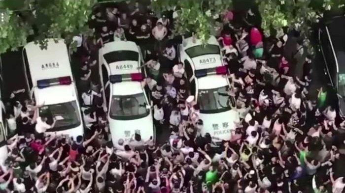 Terlalu Sombong, Punya Mobil dan Hina Pengendara Sepeda, Pria Ini Dihadang Ratusan Massa