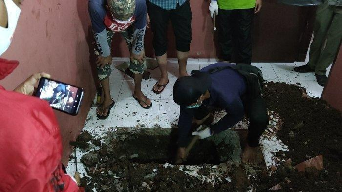 Curiga Warna Keramik Lantai Beda, Setelah Dibongkar Ternyata Isi Mayat Korban Pembunuhan