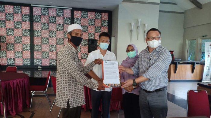 Istimewa KEBUN PLASMA - PT FAL menyerahkan kebun plasma kelapa sawit kepada Koperasi Pugul Jaya Lestari Kecamatan Riausilip Bangka, Rabu (16/6)