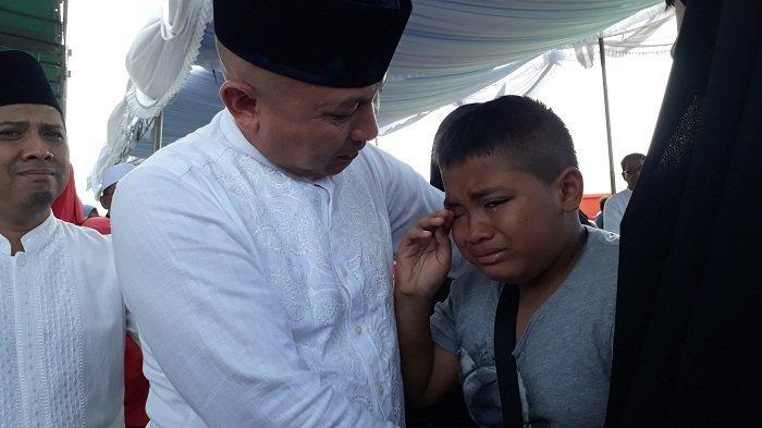 Putra Bungsu Ahmad Mughni Tak Henti-hentinya Terisak Saat Prosesi Jenazah Ayahnya