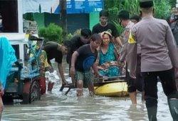 Polair Polres Bangka Turunkan Perahu Karet Bantu Evakuasi Warga Korban Banjir