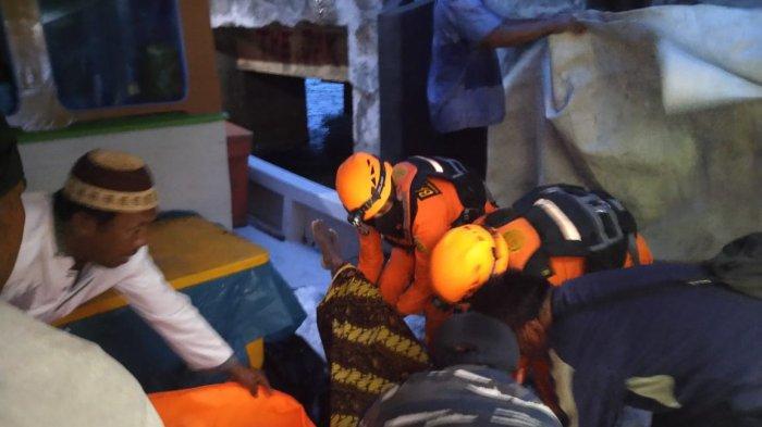 Penemuan Bandung (55) nelayan asal Sungailiat yang terjatuh di Perairan Laut Sadai pada Senin, (6/1/2021).