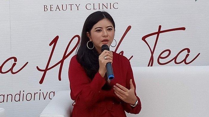 Puteri Indonesia 2009 Qory Sandiriova sedang menjelaskan tentang penyakit autoimun yang dihadapinya dalam acara 'Kusuma High Tea with Qory Sandioriva' di Kusuma Beauty Clinic Pondok Indah, Jakarta Selatan, Kamis (26/9/2019)