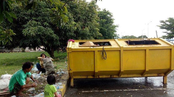 Yayan Mengais Rezeki dari Limbah Penumpang Pelabuhan Tanjungkalian Muntok