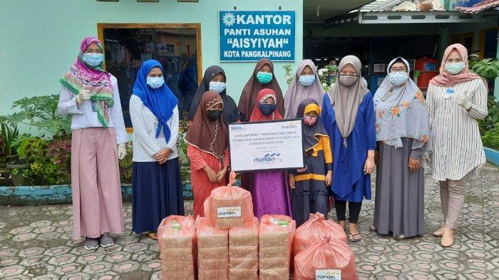 Muliakan Bulan Penuh Keberkahan, Bank Mandiri Area Pangkalpinang Berbagi Makanan dan Takjil Ramadhan