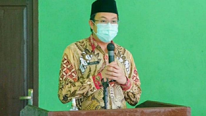 Bupati Markus memberikan sambutan saat rapat bina pamong di kecamatan Jebus, Kamis (17/9).