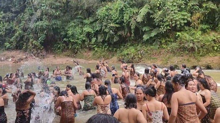 BANYAK Cewek Pakai Kain Mandi di Sungai, Ternyata Lakukan Tradisi Lokal