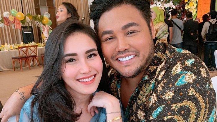 Pamer Piala Ruben Onsu, Ayu Ting Ting Dipeluk dari Belakang oleh Ivan Gunawan, Benarkah Sudah Nikah?