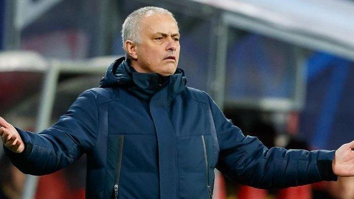 JOSE Mourinho Cerita Soal Kesuksesan hingga Singgung Rambut Memutih Bukan Stres