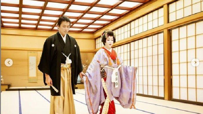 Syahrini dan Reino Barack rayakan second anniversary mereka dengan make up Geisha
