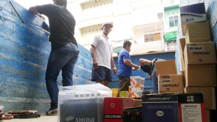 Pemilik Ribuan Sparepart Motor Impor Bersitegang dengan Polisi