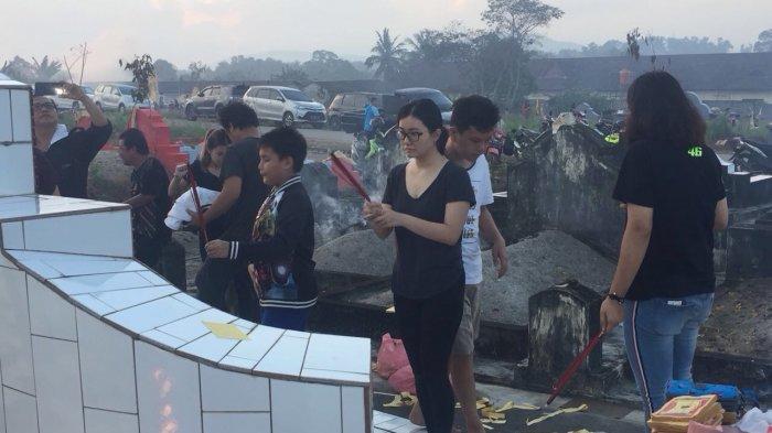 Dinihari, Ribuan Warga Tionghoa Serbu Pemakaman Saat Puncak Ceng Beng