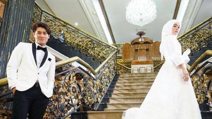 Rizky Billar dan Lesty Kejora saat sedang melakukan pemotretan dengan baju pengantin