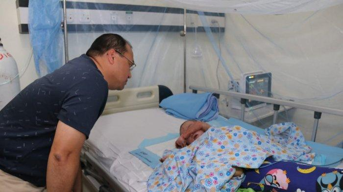 Gubernur Erzaldi Kunjungi Bayi Luka Bakar di RSUD Soekarno Air anyir