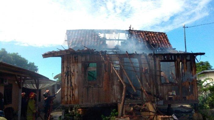 Dalam Sekejap Rumah Nenek Rosani Hangus Terbakar